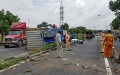 Thùng container lật, rơi trúng xe tải, tài xế may mắn thoát chết