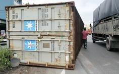 Video: Thùng xe container lật nhào trên đường phố đè bẹp xe tải