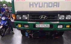Xe tải nghi chở hàng lậu đụng luôn xe máy của quản lý thị trường