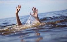 Tìm bà ngoại đi mò ốc, cháu bé 4 tuổi bị chết đuối