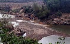 Sông cạn kiệt, công ty cấp nước phải huy động nhân viên đi đào lòng sông dẫn nước