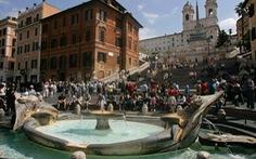 Ngồi ở di tích lịch sử tại Rome có thể bị phạt hơn 10 triệu đồng