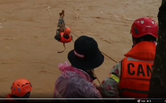 Video: 41 người đu dây thoát khỏi vùng lũ quét hung hãn ở Lâm Đồng