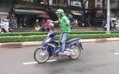 Nam thanh niên mặc đồng phục Grab 'làm xiếc' trên phố