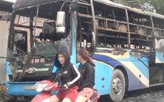 Xe chở khách đi chơi lễ cháy dữ dội, hơn chục người kịp thoát nạn