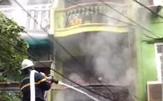 Giải cứu 3 người mắc kẹt trong đám cháy nhà 5 tầng ở Hà Nội