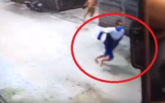 Vừa ra tù tội hiếp dâm, nam thanh niên lại bị vây bắt vì ôm 'phần nhạy cảm' của bé gái