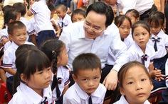 Bộ trưởng GD-ĐT dự khai giảng 'bù', tặng máy tính cho trường vùng lũ