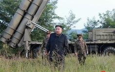 Ông Kim Jong Un cùng em gái xem thử vũ khí kiểu mới