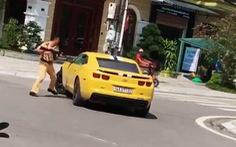 Cảnh sát giao thông dùng súng AK chọc thủng kính ôtô vi phạm cố tình bỏ chạy