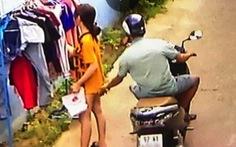 Sẽ xử phạt thanh niên đi xe máy 'sàm sỡ' cô gái đang phơi áo quần