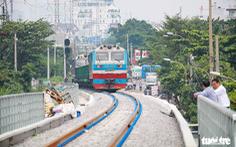 Video đoàn tàu đầu tiên chạy qua cầu đường sắt Bình Lợi mới