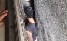 Cảnh sát giải cứu người đàn ông mắc kẹt ở khe hở giữa 3 ngôi nhà