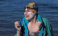 Người phụ nữ lập kỷ lục bơi 4 vòng qua eo biển Manche không nghỉ suốt 54 giờ
