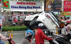 Video: Ôtô đâm dải phân cách lật ngang giữa đường phố