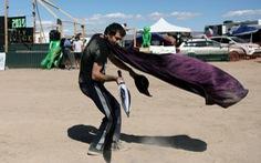 3.000 người đổ xô đến căn cứ Mỹ ở sa mạc xem 'người ngoài hành tinh'