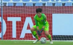 Thủ môn U16 Hàn Quốc để bóng trôi qua tay khiến đội thua