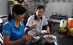 Nữ sinh đảm đang quyết học giỏi để giúp mẹ chữa bệnh