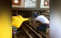 Bé gái 5 tuổi thoát chết sau khi bị cha ẵm nhảy vào đường tàu