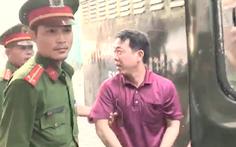 Video: Xe cảnh sát đưa 12 bị cáo tới phiên tòa xét xử vụ án thuốc ung thư giả