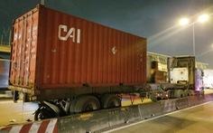 Tông đuôi container đậu bên đường, một người đi xe máy tử vong