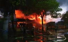 Cháy dữ dội trung tâm điện máy, cứu hỏa vất vả vì kẹt xe