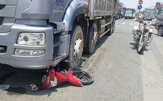 Video: Bị xe tải nặng cuốn vào gầm giữa giao lộ, 2 vợ chồng chết thảm
