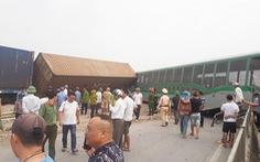 Tàu hàng đâm xe tải lật 4 toa, đường sắt qua Nghệ An tê liệt