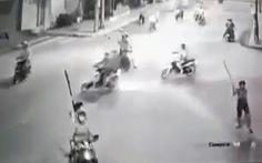 20 thanh niên cầm mã tấu bao vây, đập phá xe dân phòng