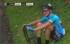 """Video cuarơ xe đạp ngồi khóc nức nở trên đường đua, CĐV chia sẻ: """"Thật tội cho chàng trai'"""