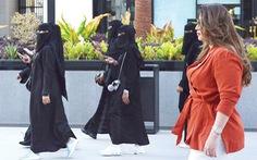Vừa muốn mở cửa du lịch, Saudi Arabia lại tuyên bố phạt hành vi 'thiếu đứng đắn nơi công cộng'