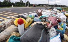 Dân chặn xe vào bãi rác, rác chất đống khắp phố phường