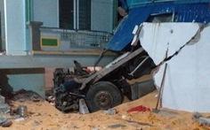 Xe đầu kéo lao vào nhà dân, hai vợ chồng tử vong