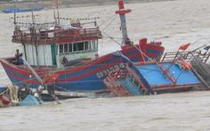 Tàu cá bị sóng đánh chìm khi đang neo đậu tránh áp thấp nhiệt đới