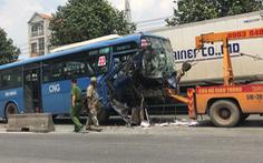 Video: Xe buýt nát đầu sau khi đâm vào đuôi xe container
