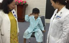 Bé 5 tuổi bị thủng màng nhĩ vì nhét pin điện tử vào lỗ tai