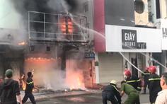 Video: Giải cứu người mắc kẹt trên tầng thượng căn nhà đang cháy