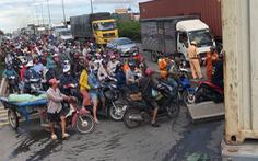 Video: Container lật chắn ngang đường, hàng ngàn phương tiện ùn ứ