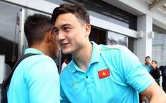 Thủ môn Văn Lâm bịn rịn chia tay ông Park và đồng đội
