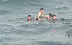 4 ngư dân bám gỗ trôi dạt 25 giờ trên biển