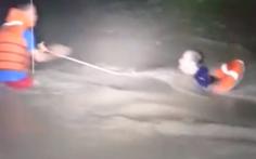 Video: 4 người đi ô tô bị nước cuốn trôi xuống suối