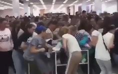 Tranh cướp hàng hỗn loạn tại siêu thị khi quần áo giảm giá 'sập sàn'