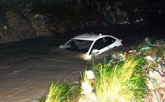 Cứu 4 người trong ôtô bị nước cuốn trôi ở suối Săn Máu