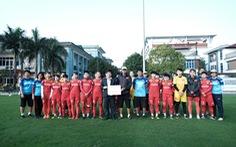 Chủ tịch Hội Nhà báo TP.HCM trao 400 triệu đồng cho đội tuyển nữ Việt Nam