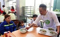 40 gia đình công nhân vệ sinh được cao thủ nấu phở số 1 bưng phở tận bàn