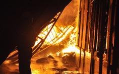 Điều cả xe chữa cháy sân bay dập lửa kho hàng bốc cháy trong đêm