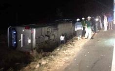 Lật xe khách trên quốc lộ 14, ít nhất 1 người chết