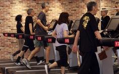 Những cụ già trăm tuổi lưng còng chống gậy đi... tập gym