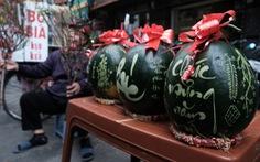 Gần triệu đồng/cặp dưa hấu khắc chữ ở Hà Nội
