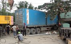 Xe container tông sập 2 nhà dân, tài xế tử vong trong cabin